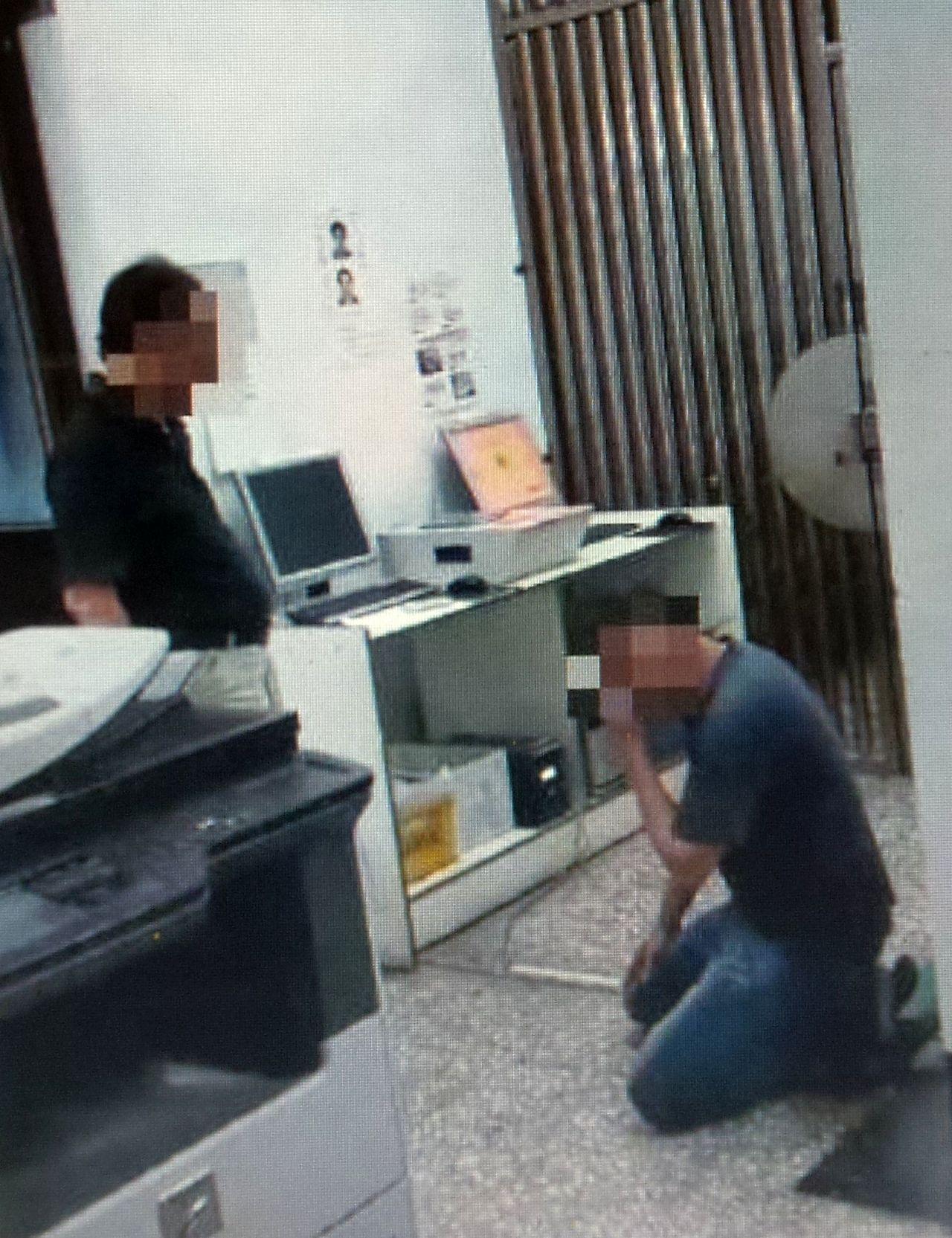 康姓男子(右)涉毒被捕,受父親責備後哭泣拭淚。記者林保光/翻攝