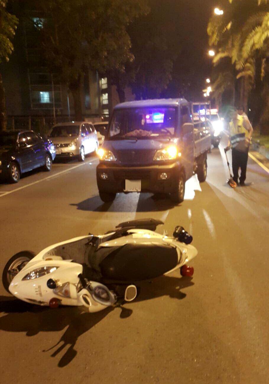 鄭姓輔警今天凌晨協勤與小貨車出車禍,所騎的警用機車倒在路上。記者林保光/翻攝