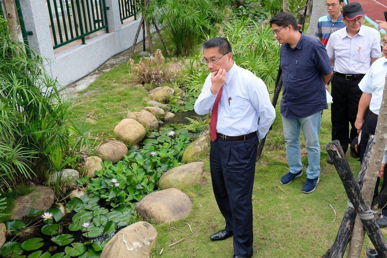 內政部長徐國勇今天到自強國中、自強國小視察滯洪池成果。記者張曼蘋/攝影