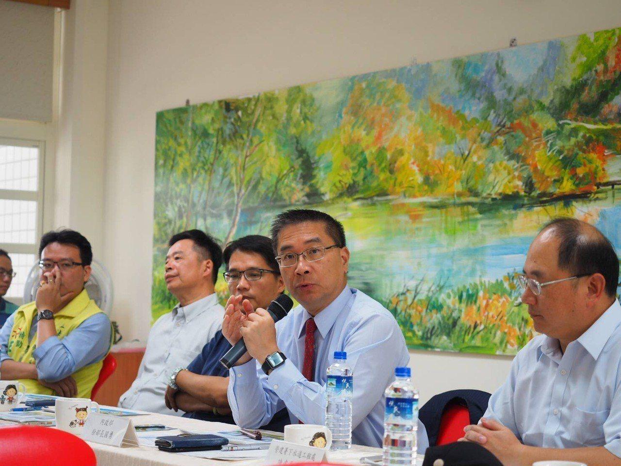 內政部長徐國勇今天赴自強國中聽取營建署下水道工程處簡報。記者張曼蘋/攝影