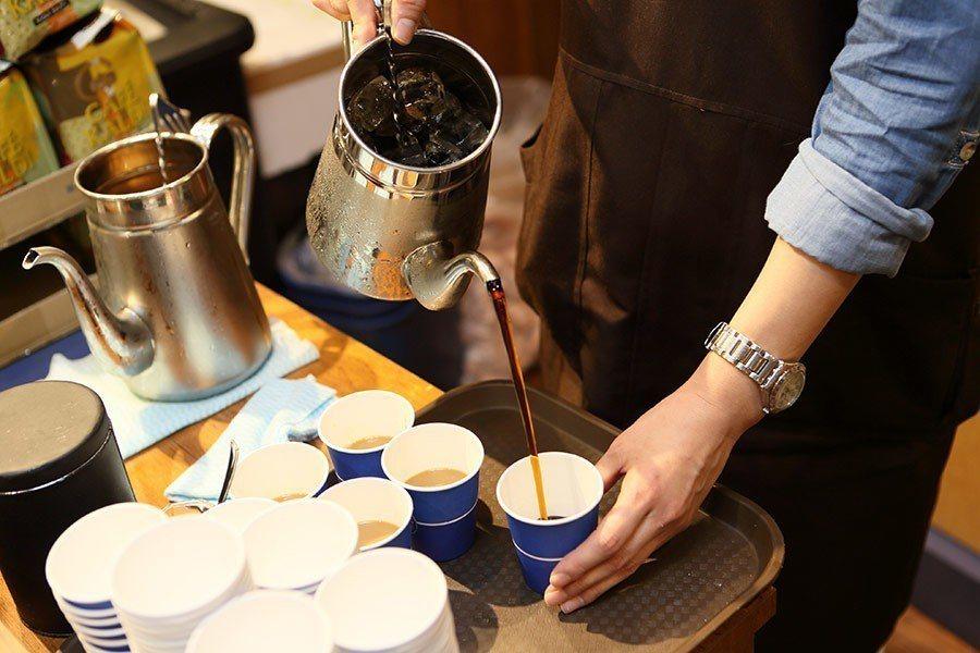 「招待咖啡」是咖樂迪對顧客的問候。圖/統一時代百貨提供