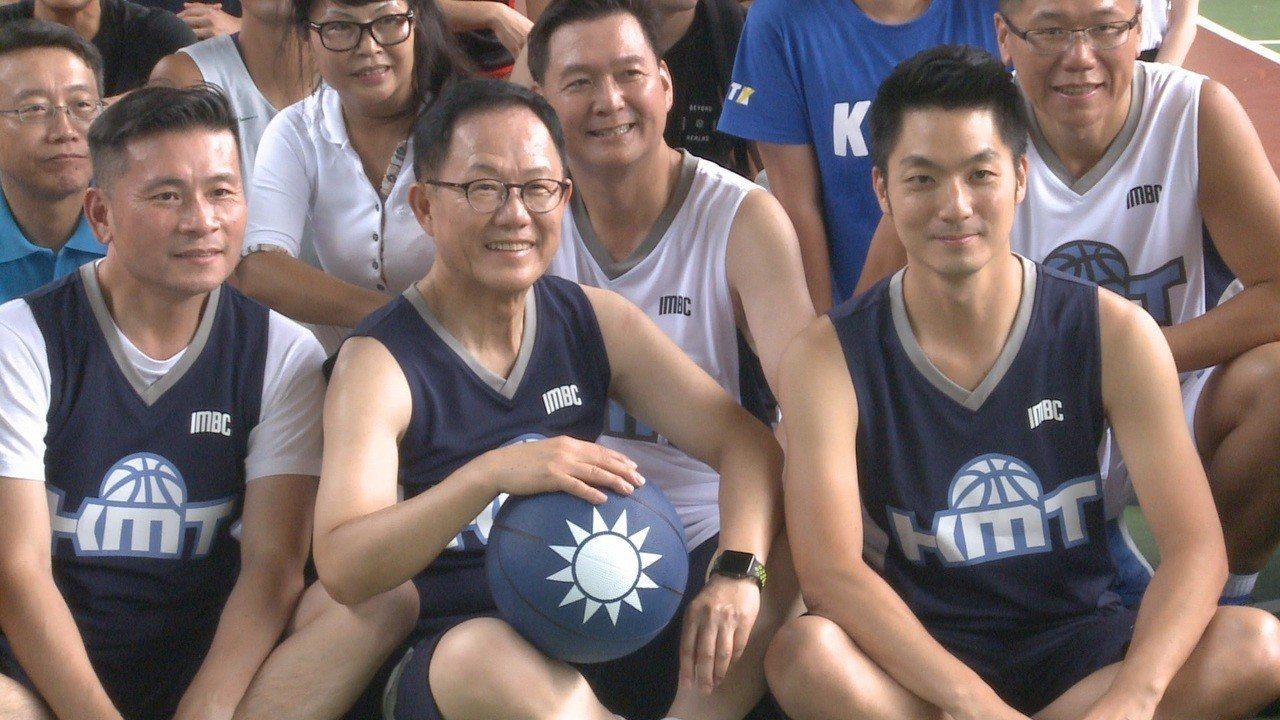 國民黨台北市長參選人丁守中,1號出席國民黨青年部主辦的籃球賽,而同場出席的也有立...