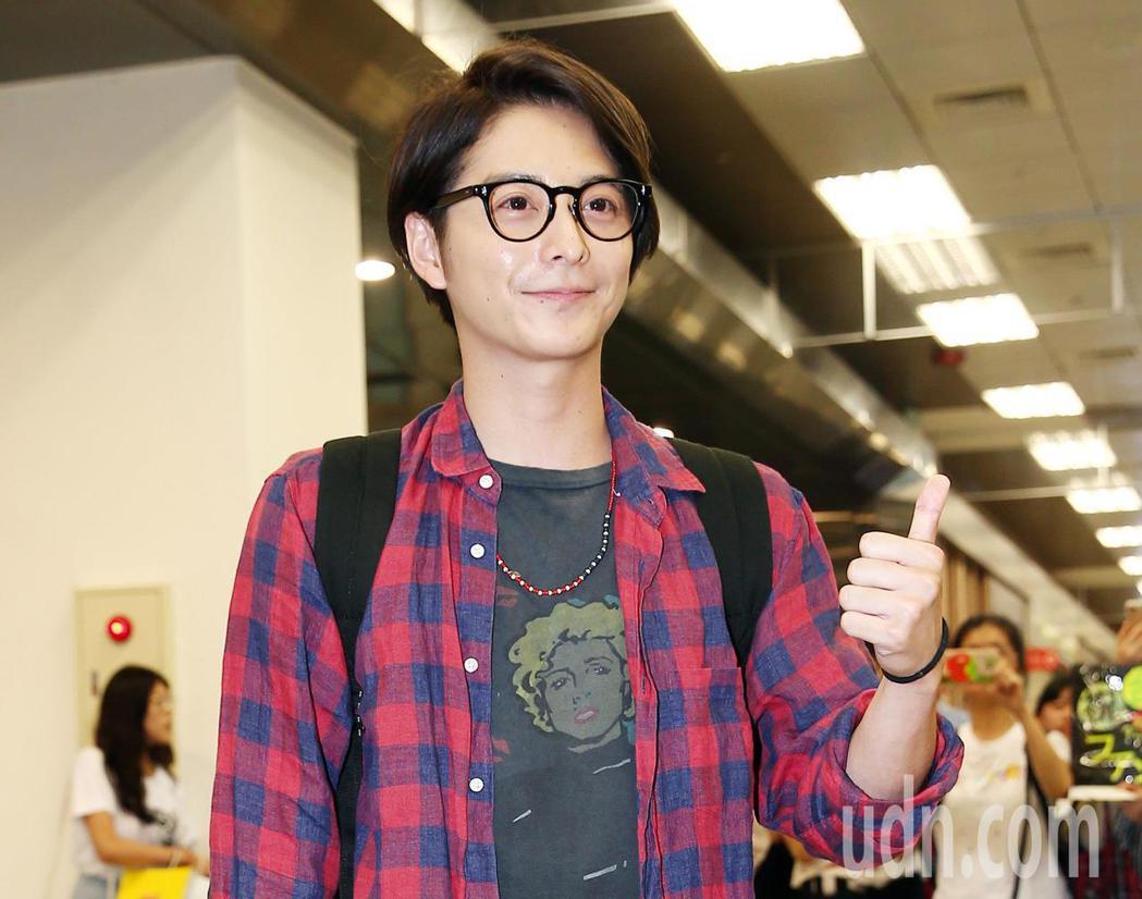 日本男星小池徹平下午搭機抵台,在機場受到大批粉絲夾道歡迎。記者杜建重/攝影