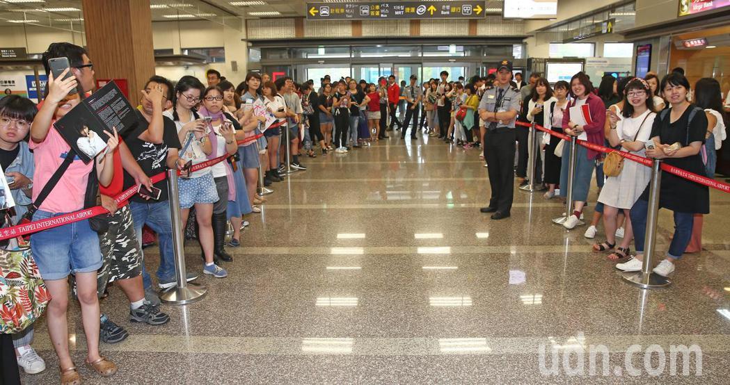 日本男星小池徹平搭機抵台,在機場等候的粉絲分站兩旁夾道歡迎。記者杜建重/攝影