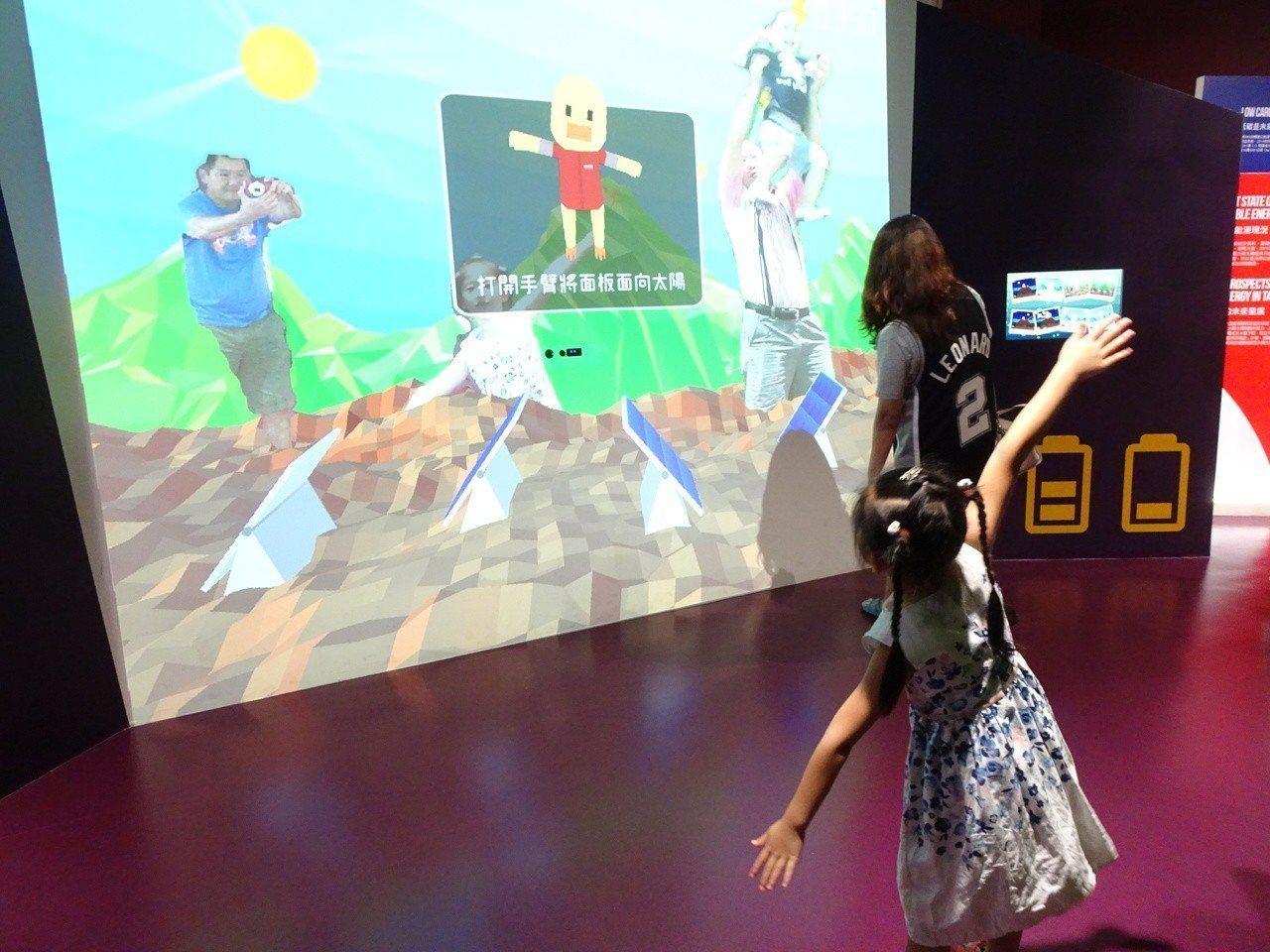台電南部展示館的數位互動趣味遊戲,受親子遊客喜愛。記者潘欣中/攝影