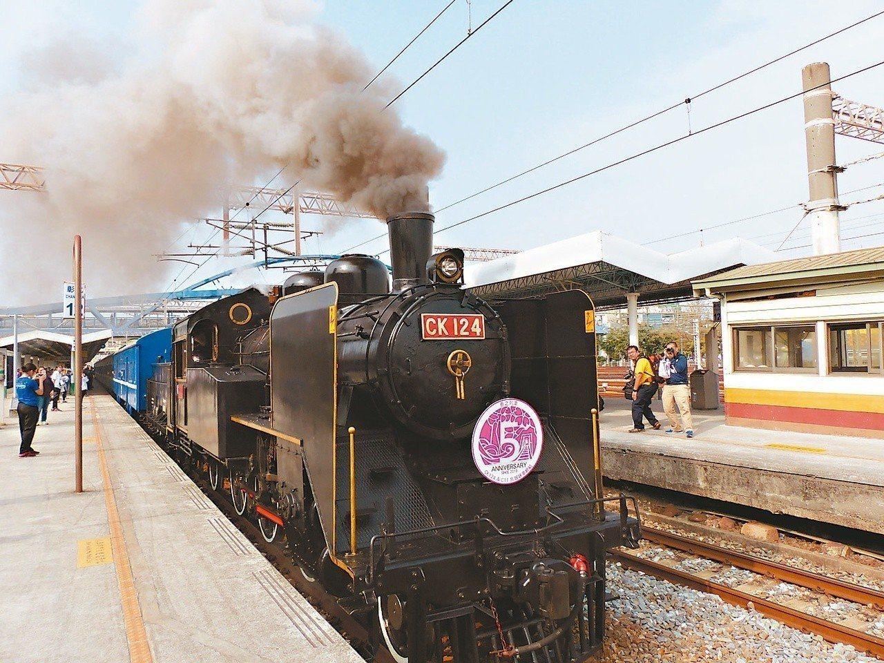 文化部長鄭麗君指出,因應蒸汽火車等近代性文化資產及產業資產「動態保存」特性,經指...
