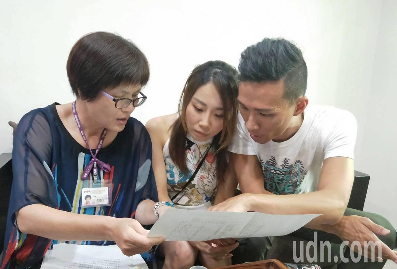 員林戶政所秘書李美月(左)拿出相關戶籍資料,讓丘俊強知道他媽媽何時來台的往事。記...