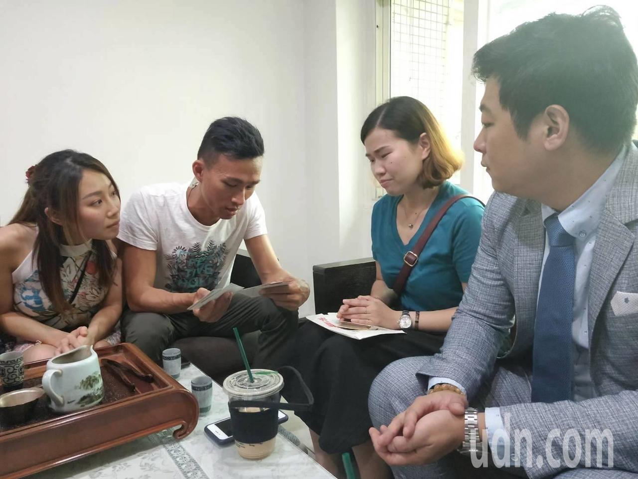 丘俊強(左2)和趙湘君(右2)是異父同母的兄妹,從小分散港台兩地,不曾見過面,在...