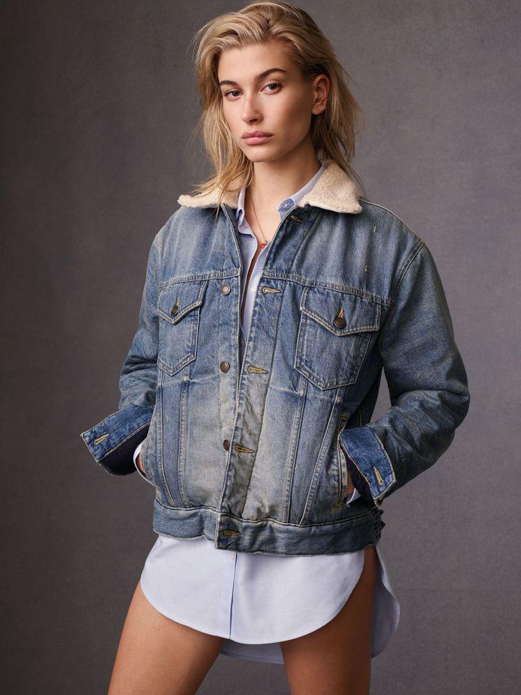 海莉鮑德溫將丹寧外套和襯衫如此穿搭,性感得很犯規。圖/Tommy Hilfige...