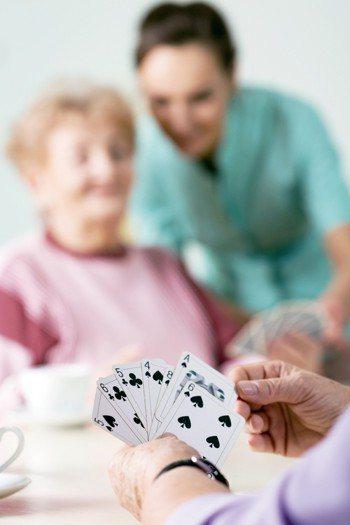 阿茲海默症是由多重因素引起,喜不喜歡社交、愛不愛打麻將,都不能成為防治該病的決定...