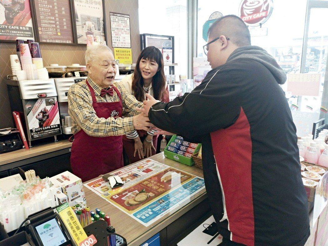阿郎爺爺(左)去當「幾點了咖啡館」實習生,曾找錯錢,結帳動作很慢、要想很久,但最...