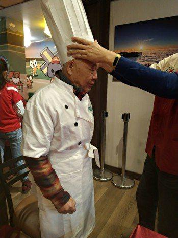 今年超商辦圍爐宴,工作人員把阿郎爺爺打扮成五星級飯店大廚,讓爺爺主演上菜秀。 圖...
