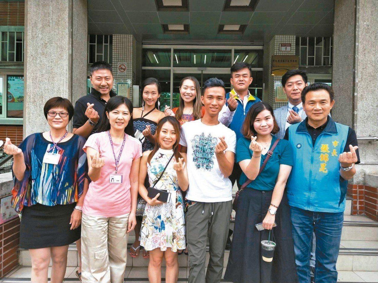 丘俊強(前排右3)和趙湘君(前排右2)是異父同母的兄妹,從小分散港台兩地,不曾見...