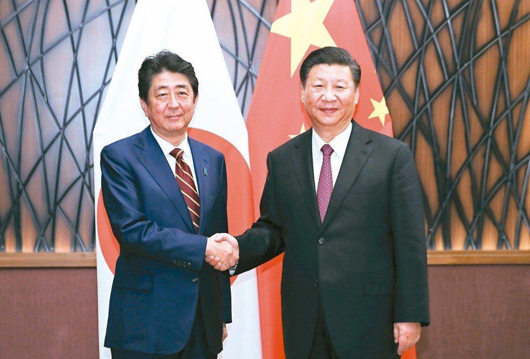 十月領袖會談日本首相安倍晉三(左)將於十月廿三日訪問中國大陸,圖為他去年十一...