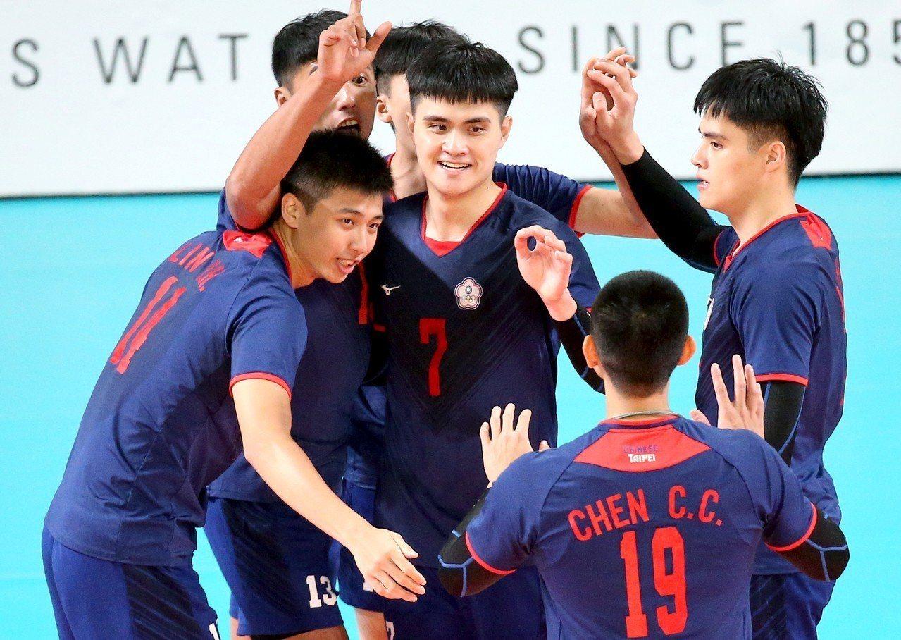 中華男排球員在比賽間擊掌互相激勵。 特派記者余承翰/雅加達攝影