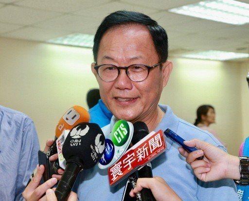 國民黨台北市長參選人丁守中說,「到處都是夾娃娃機的店」,讓他為台北市未來經濟發展...