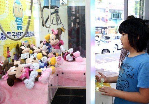 台北、台中等地夾娃娃機店一家接一家開,有人憂心代表經濟環境不佳。 圖/聯合報系資...