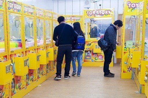 逢甲統計系學生問卷調查結果顯示,逢甲商圈遊客玩無人機的比例高達五成,最夯的是夾娃...