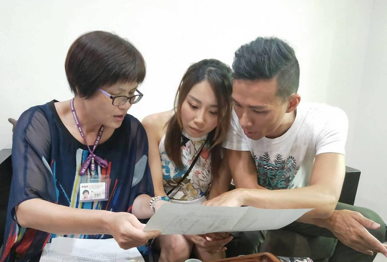 員林戶政所秘書李美月(左1)拿出相關戶籍資料,讓丘俊強知道他媽媽何時來台的往事。...