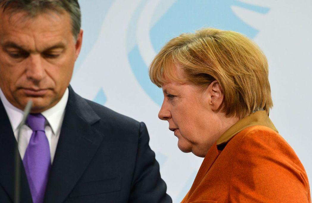 德國總理梅克爾(右)與匈牙利總理奧班2012年10月在柏林舉行聯合記者會。奧班是...