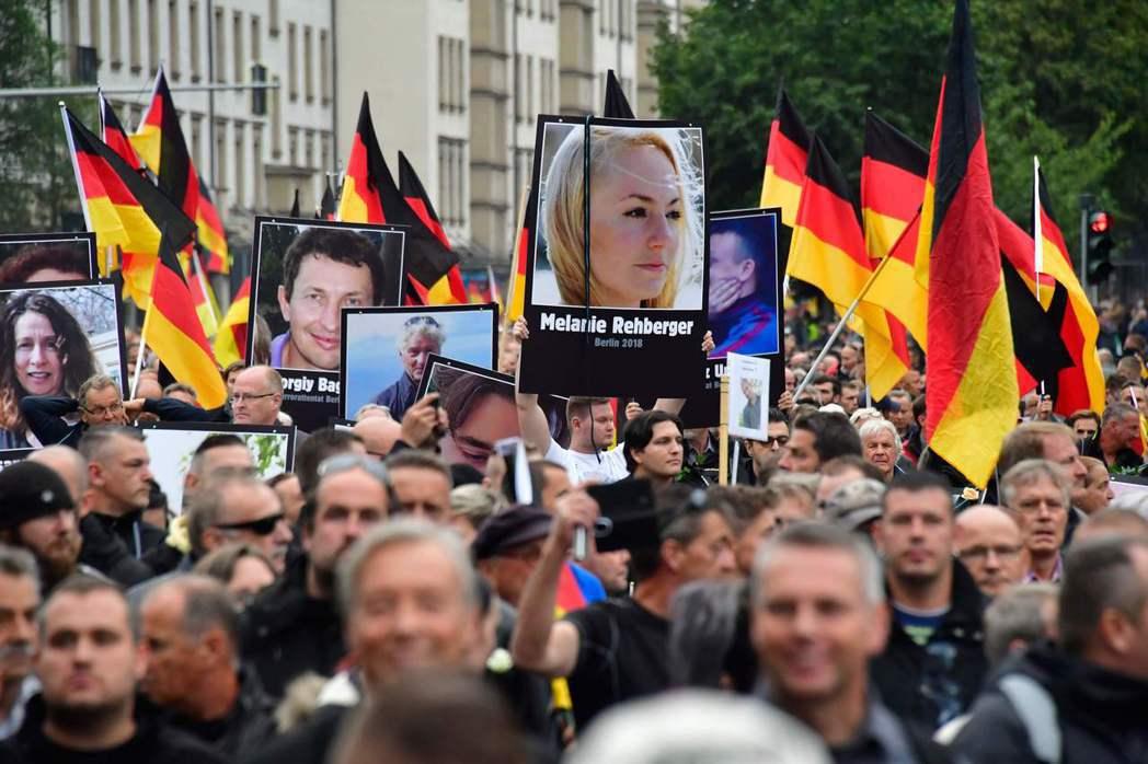 德國極右派「另類選擇黨」9月1日發動反移民示威,示威者高舉移民的受害人照片遊行。...