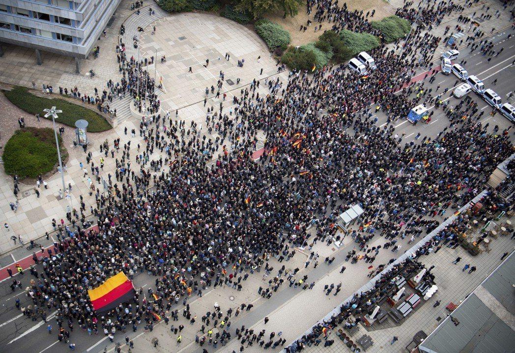數千名德國移民政策的正反支持者9月1日於肯尼茨市街頭示威。 (美聯社)