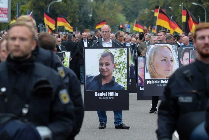 德國市民希立格疑遭兩名難民以刀刺死,希立格遇害引發數天示威。 (美聯社)