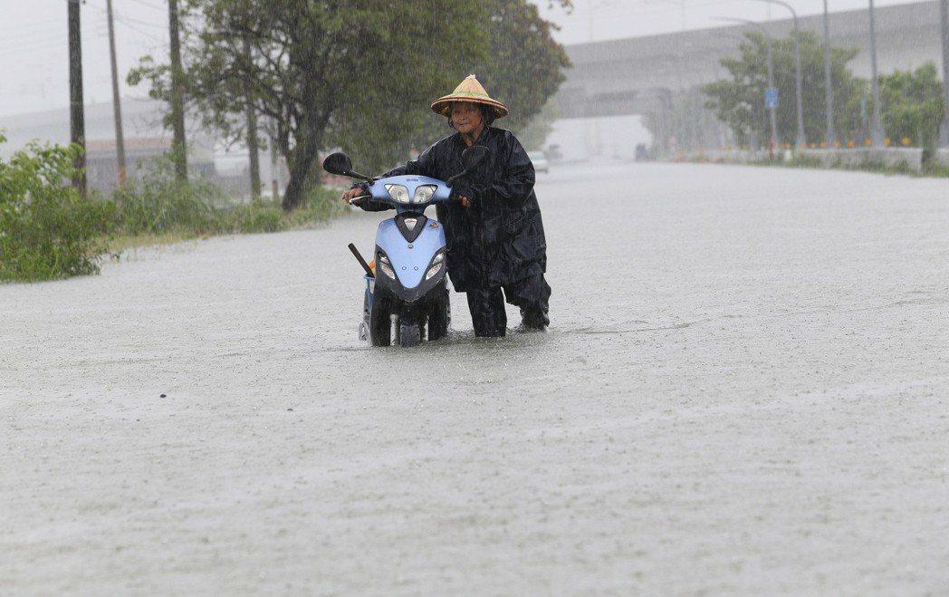 上月中南部暴雨,引發民進黨「治水失敗」的質疑。 圖/聯合報系資料照片