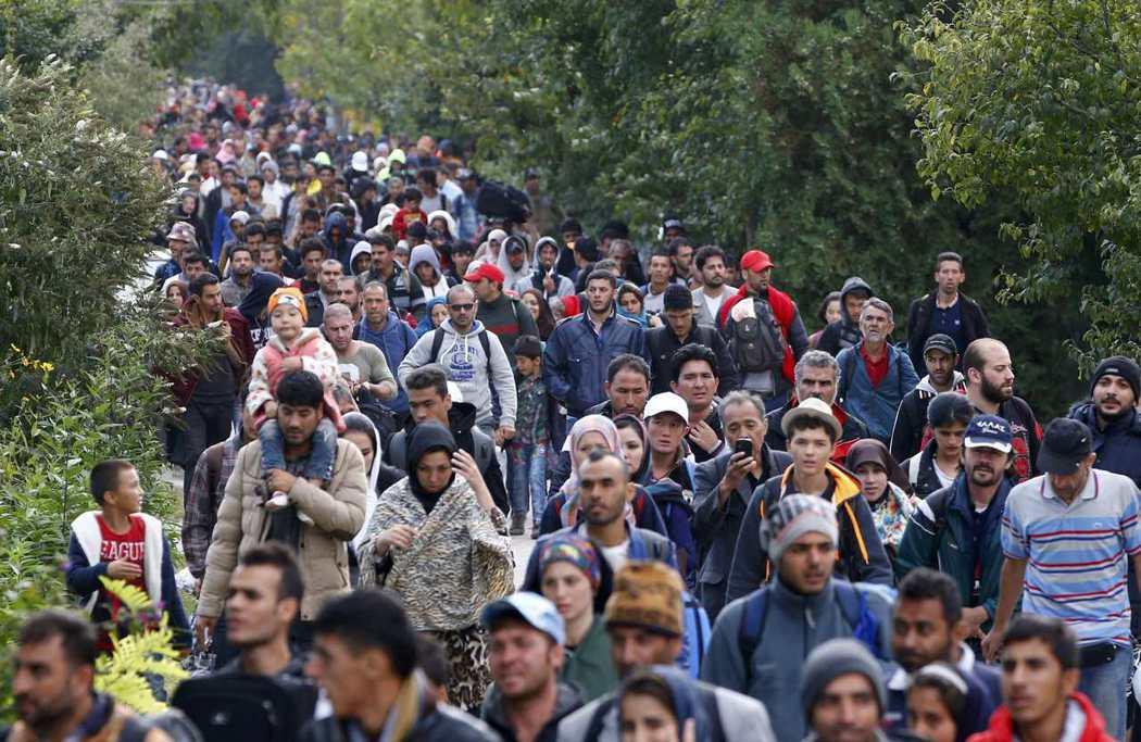 2015年9月,匈牙利與奧地利邊境地區出現大批徒步的難民。 (路透)