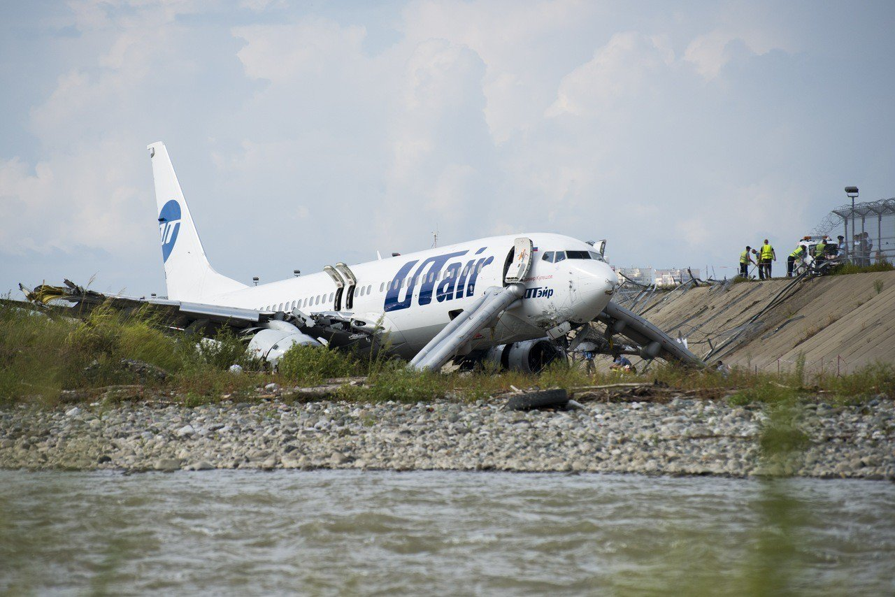 俄客機降落時衝出跑道並起火,170人奇蹟生還。 美聯社