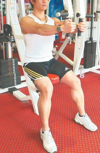 醫生表示,最近一兩年,陸續收治多名手心病毒疣的男性患者,共同點為勤於重量訓練。 ...