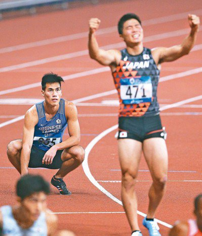 楊俊瀚(左)在男子200公尺決賽和日本小池祐貴幾乎同時抵達終點,經過終點攝影判斷...