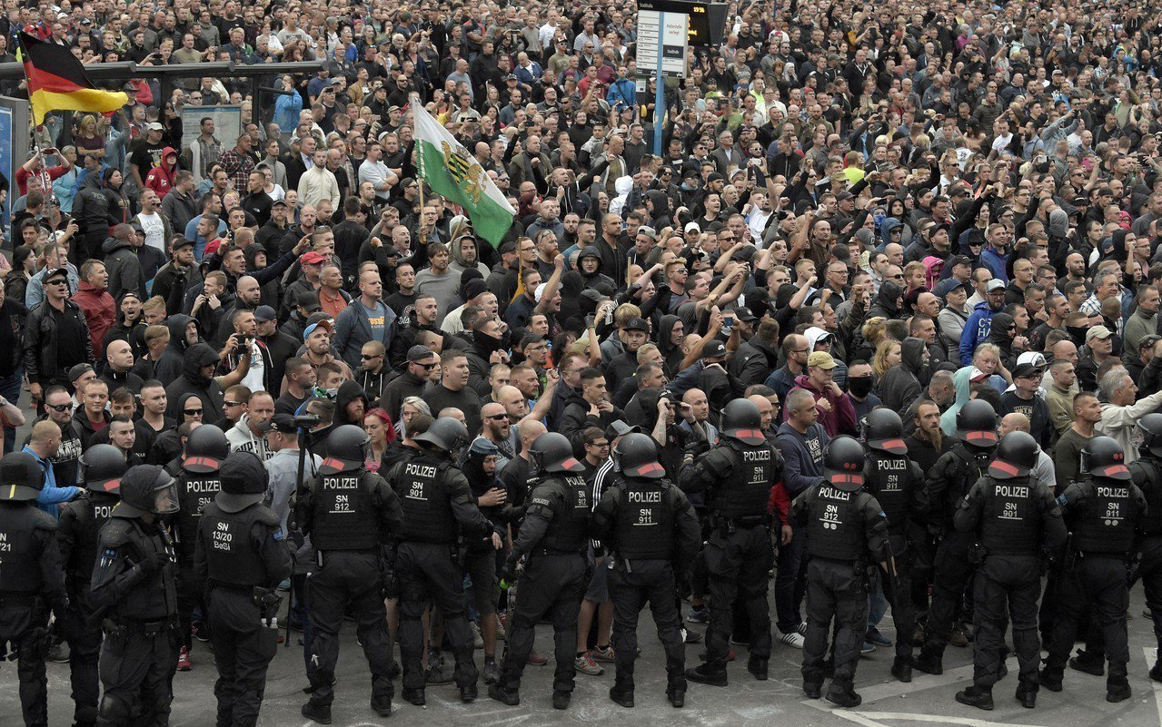 日前有一名35歲的德國木匠疑遭外來移民刺殺身亡,事發後,數千名支持與反對總理梅克...
