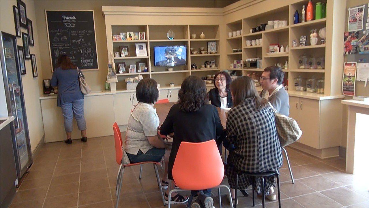 矽谷的「朋友咖啡店」裡展示許多手工藝品。從典雅的陶瓷杯碗,有機花香肥皂、乳液到卡...