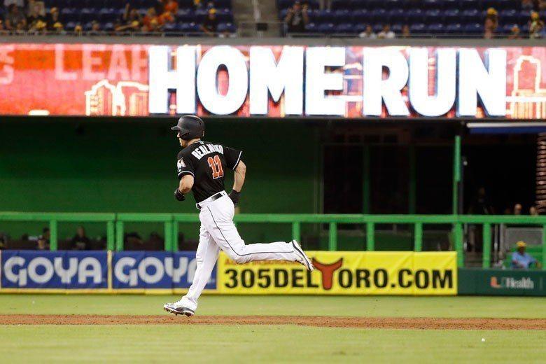 馬林魚捕手瑞爾穆托在三局下轟出陽春砲,為球隊攻下第2分,這是他本季18號全壘打。...