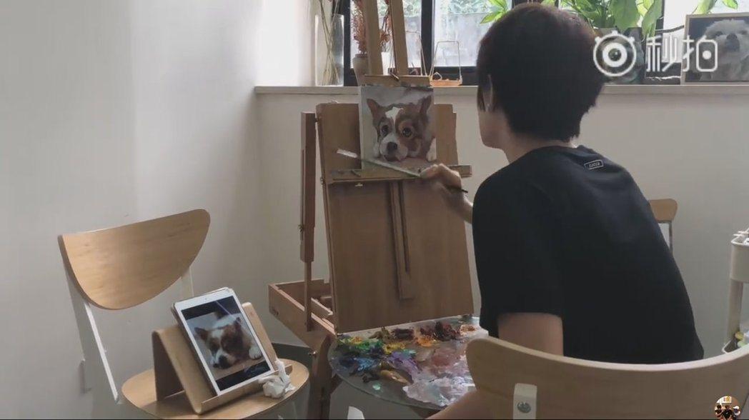 孫儷專心作畫的背影。 圖/擷自鄧超微博