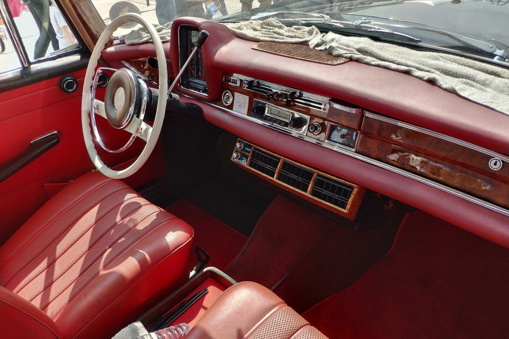 Mercedes-Benz W111 230S的內裝已經相當有豪華車的雛形。 康晏棋/攝影