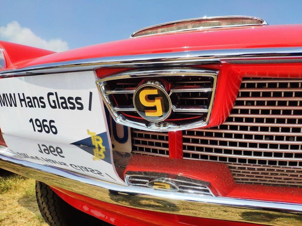 BMW Hans Glas 1966廠徽為「g」字樣LOGO,跟現代BMW有很大的區別。 康晏棋/攝影