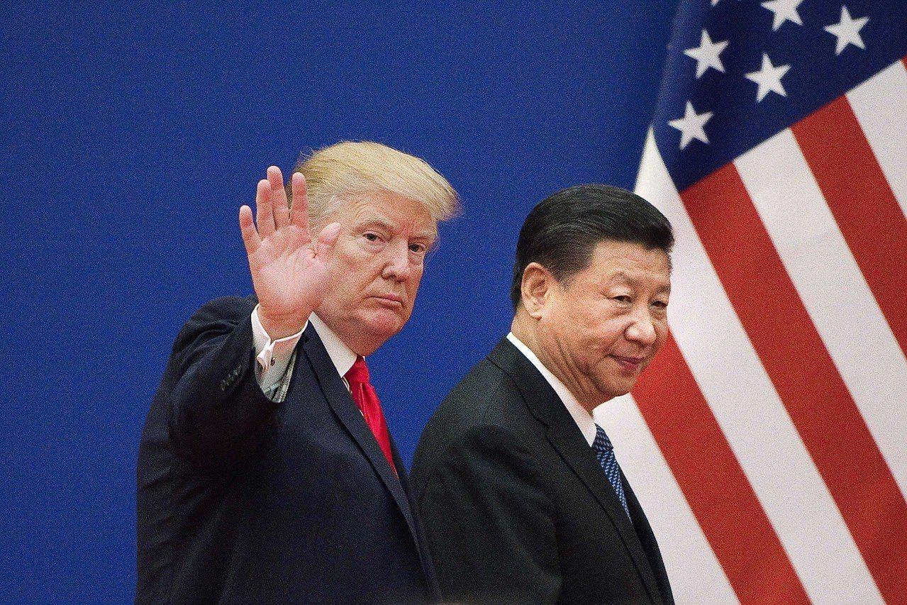 美國總統川普(左)去年11月訪問中國大陸,與大陸國家主席習近平一起離開企業領袖會...