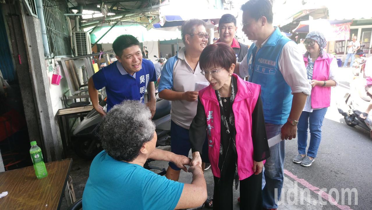 洪秀柱、吳育仁進入市場拜票,呼籲選民給國民黨機會,讓嘉義改變。 記者卜敏正/攝影
