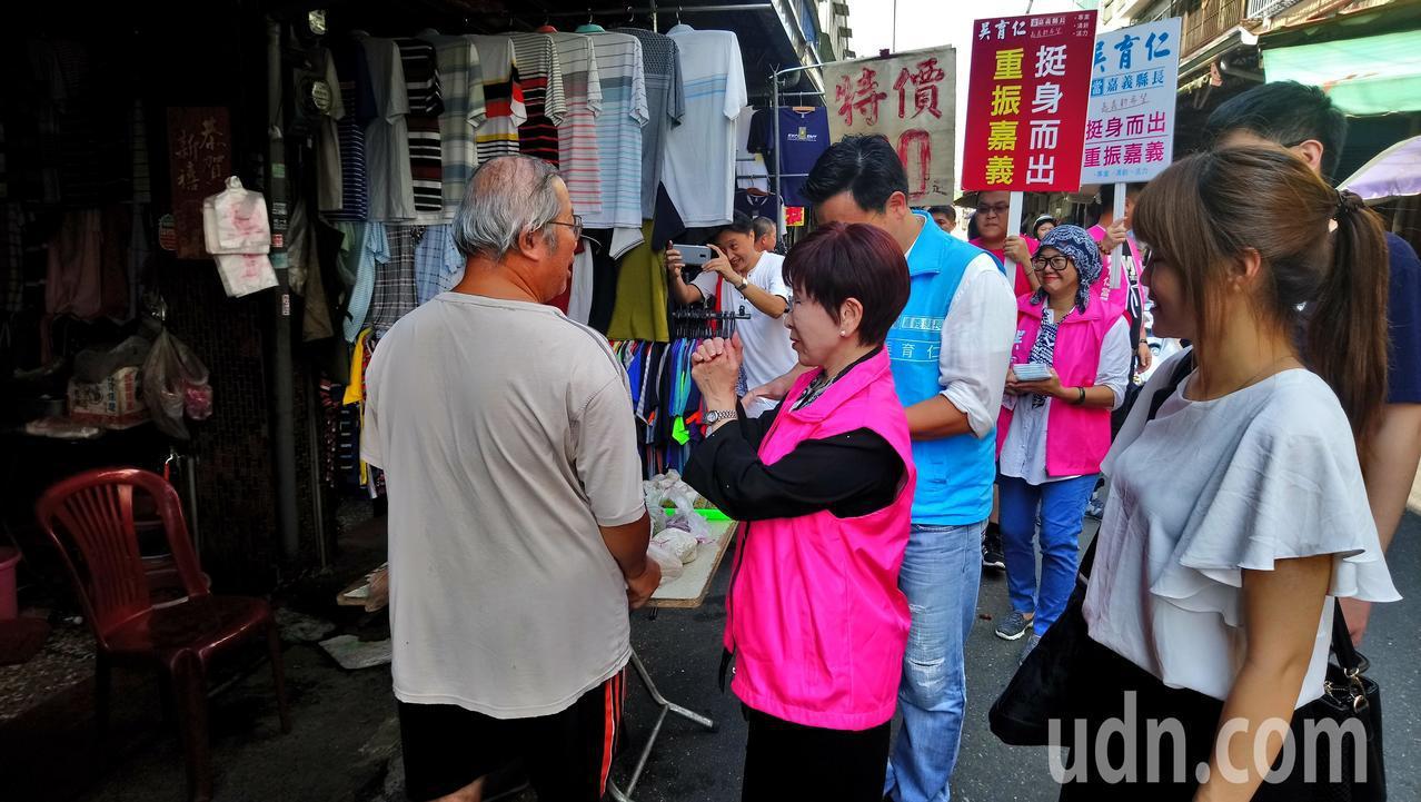 吳育仁、洪秀柱進入市場拜票。 記者卜敏正/攝影