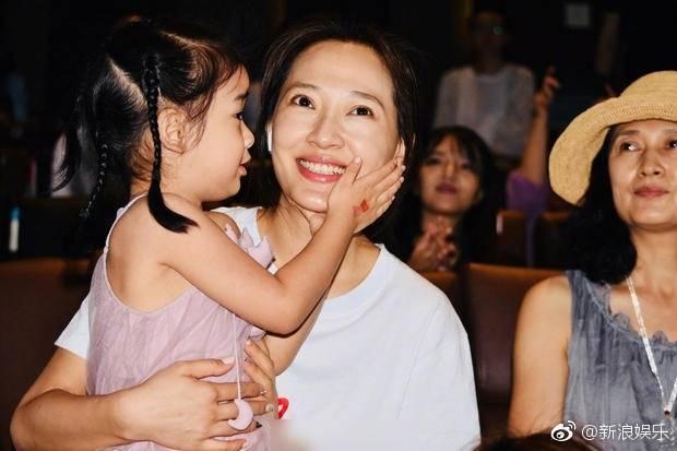 秦子越帶女兒「天天」力挺老公聶遠新片記者會。圖/摘自微博