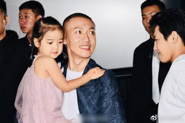 聶遠開心抱起女兒「天天」。圖/摘自微博