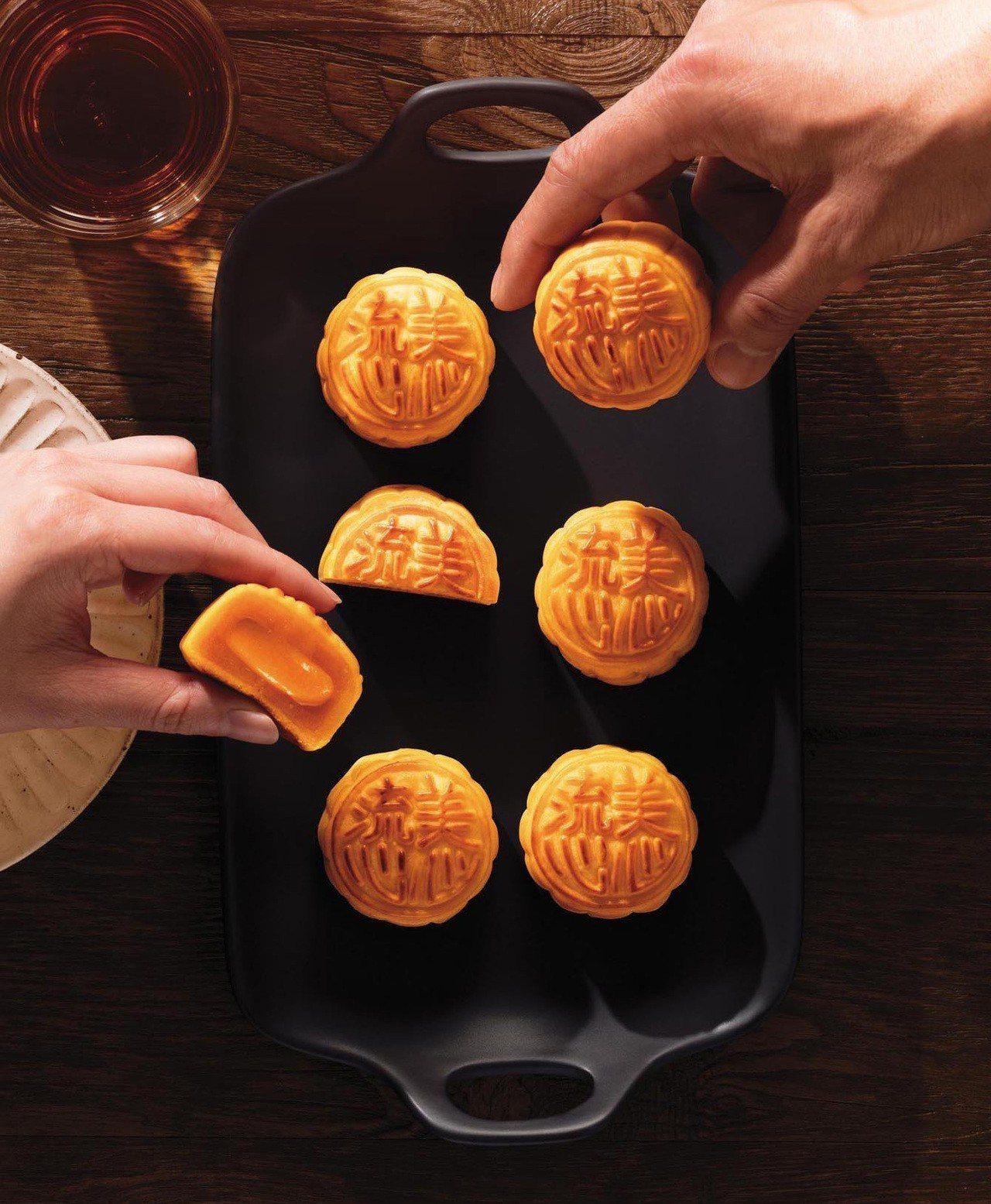 美 心 獨創 雙重 烘 焗 工 法 月餅 內餡 包 入流 心 奶 黃. 圖 美 美 心 月餅 提供