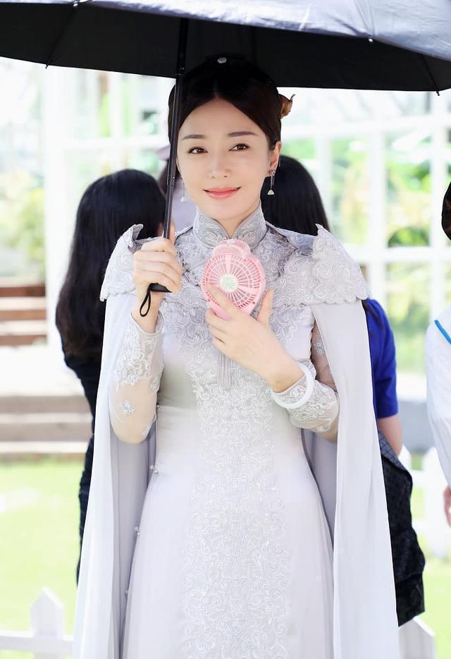 秦嵐正在趕拍新戲「外八行」,前陣子她穿著旗袍的片場花絮照曝光,再度讓粉絲驚艷不已...