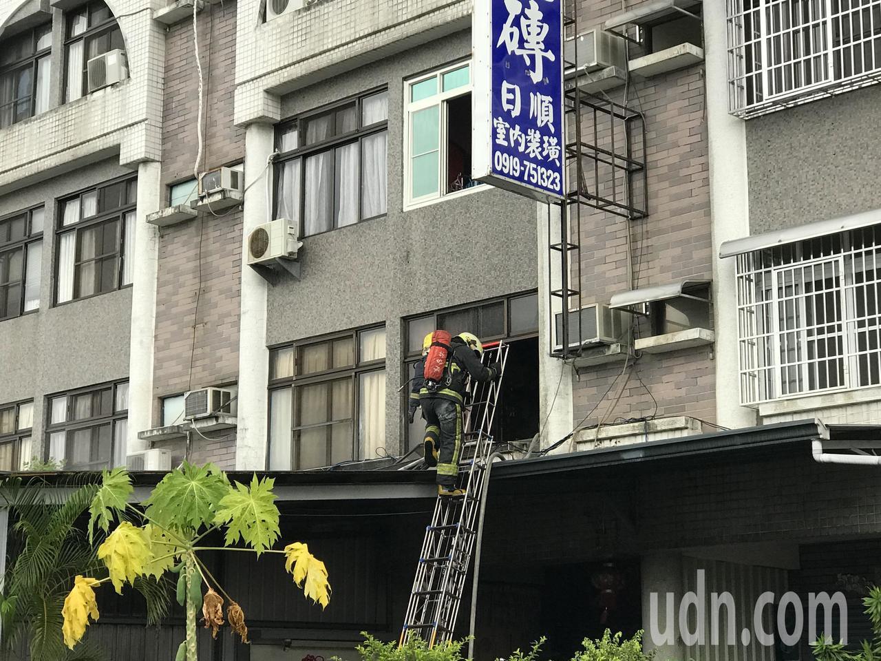 屏東市瑞光路三段一棟4樓透天民宅,一樓疑堆放易燃物品起火燃燒,消防人員從二樓進入...