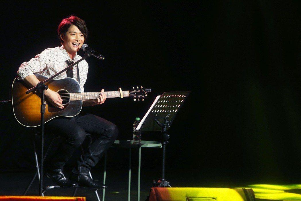 小池徹平重新拿起吉他,自彈自唱當年自己作詞作曲的歌曲。記者胡經周/攝影