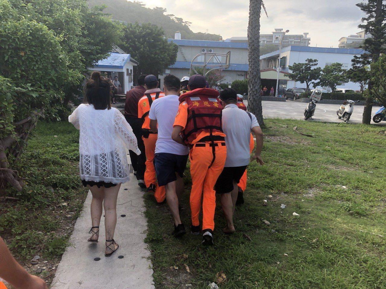 宜蘭南方澳「情人灣」沙灘傳出溺水意外,跳海救人男子被發現時,已無心跳送醫急救。 ...
