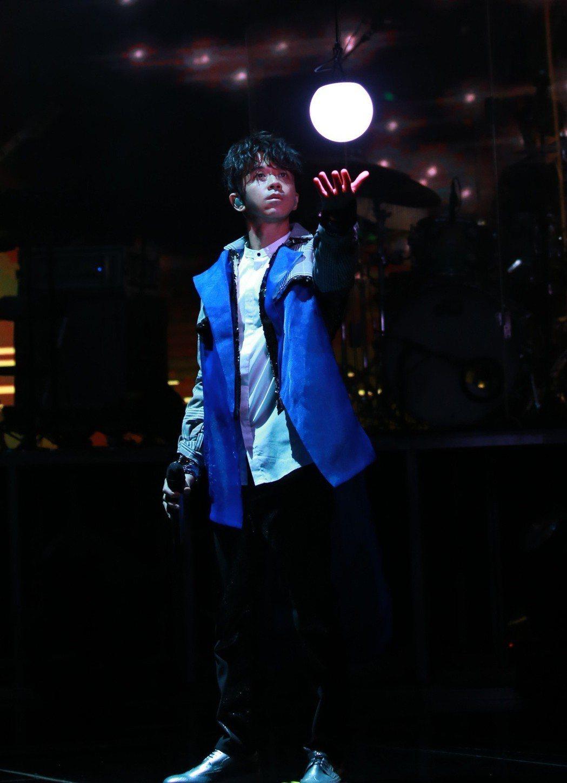 光良以人偶動畫、光影特效打造出「今晚我不孤獨」的巡演舞台。圖/星娛音樂提供