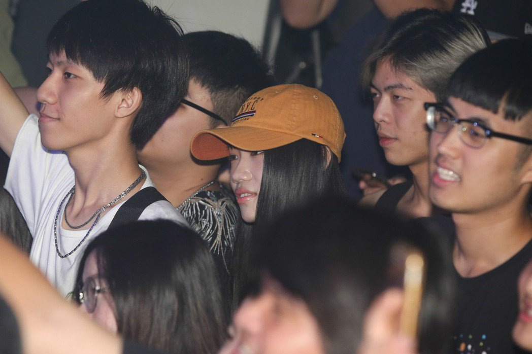 鹿希派女友也低調現身在觀眾席(圖中橘帽)。記者葉信菉/攝影